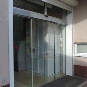Раздвижные двери из усиленного стекла