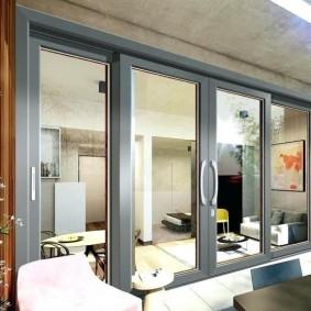 Серые рамы алюминиевых дверей