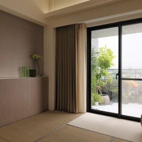 Светлый коврик перед стеклянной дверью