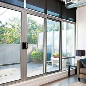Прозрачные двери из пластикового профиля с усилением