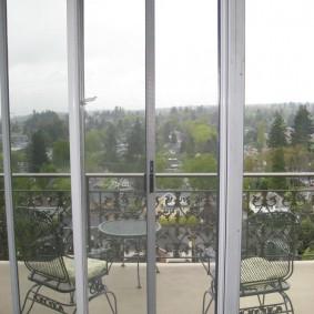Кованная мебель на открытом балконе