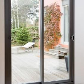 Стеклянная дверь с рамой серого цвета
