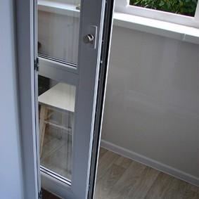 Сдвижная дверь проеме между кухней и лоджией