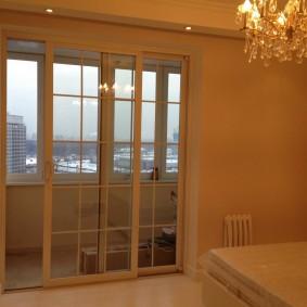 Стеклянная люстра в комнате с раздвижными дверями