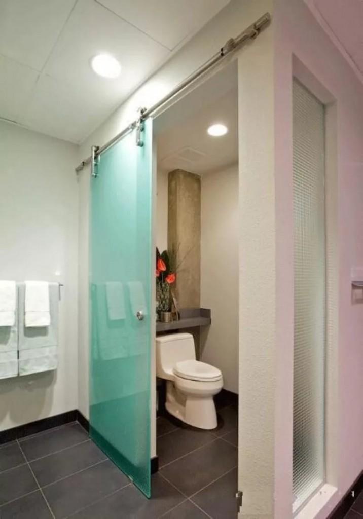 Зонирование совмещенной ванной с помощью перегородки