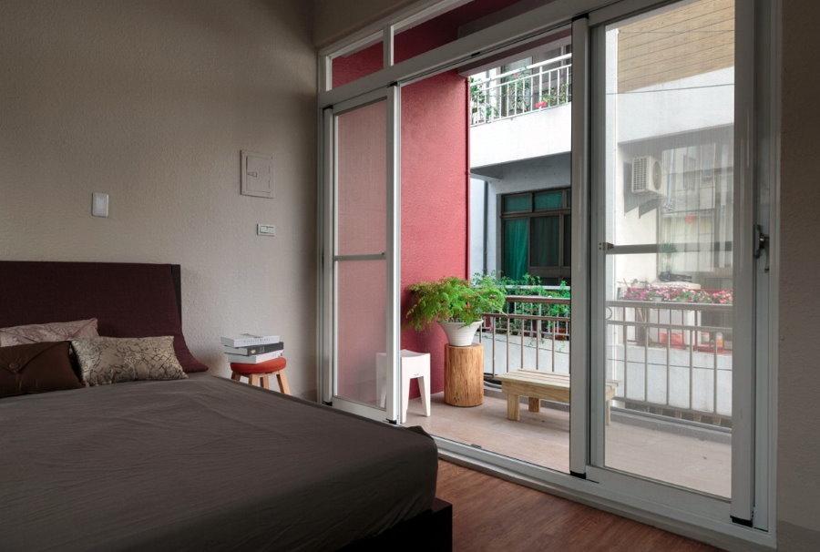 Раздвижные двери на балконе спальной комнаты