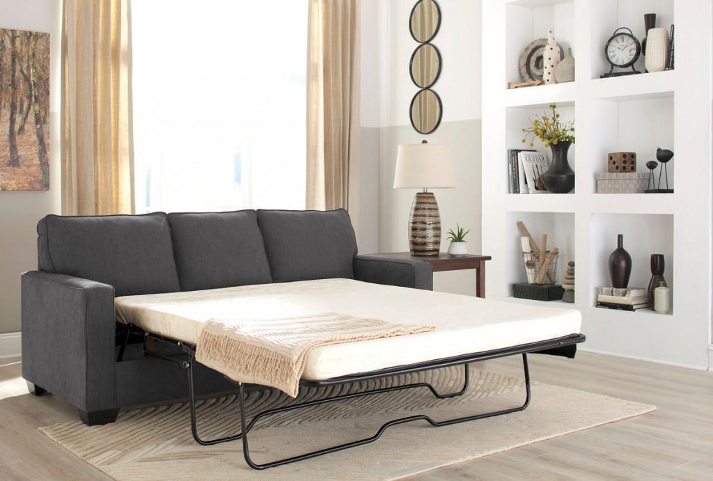 Разложенный диван в интерьере светлой гостиной