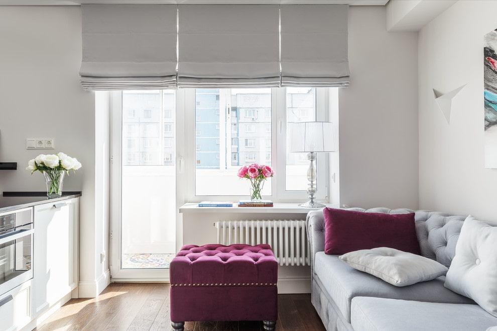 Поднятые римские шторы на окне с балконной дверью