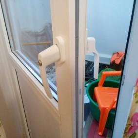 Приоткрытая балконная дверь в гостиной комнате