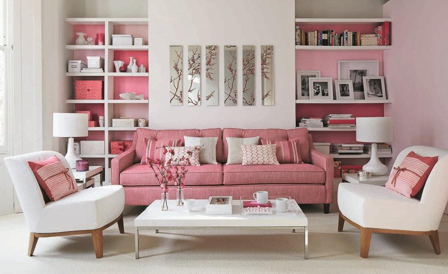 Розовый диван в гостиной со встроенными стеллажами
