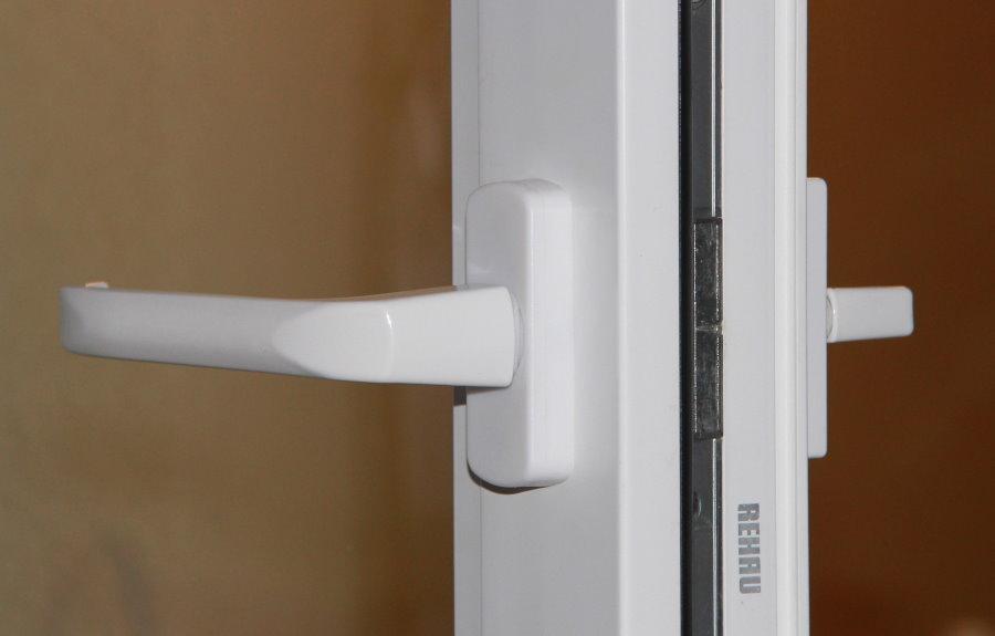 Двусторонняя ручка на пластиковой балконной двери