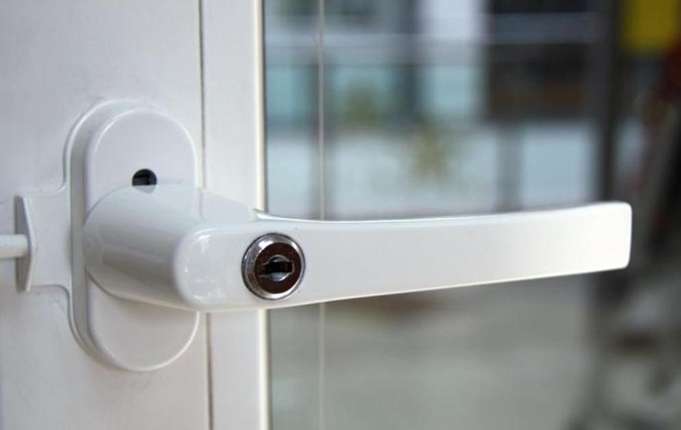 Белая пластиковая ручка на двери балкона