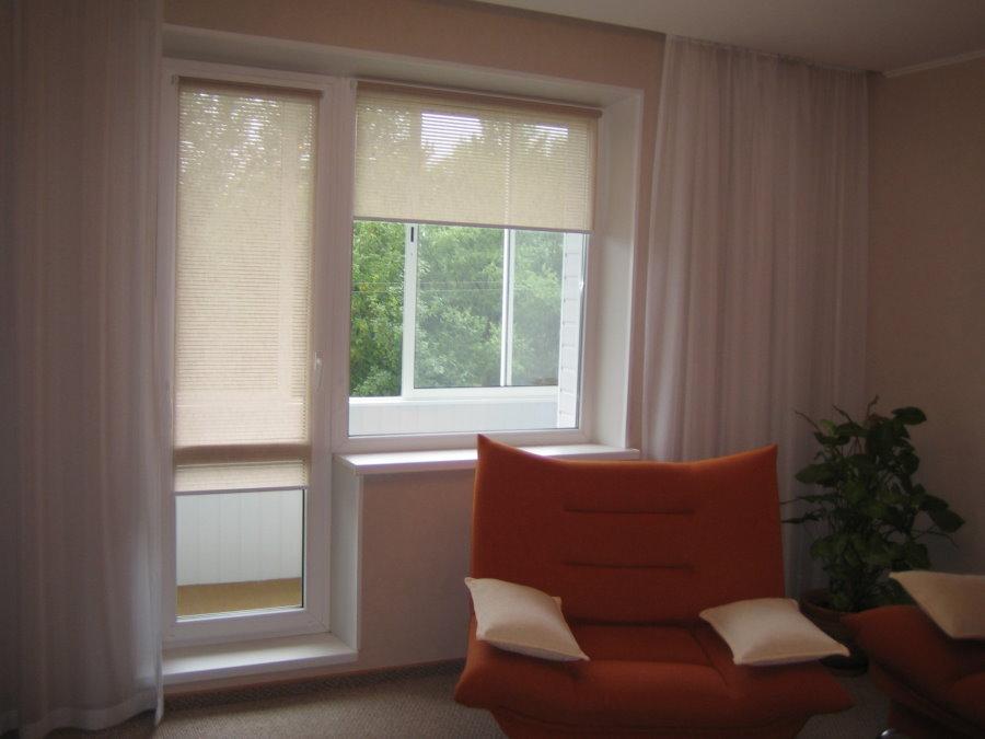 Фото практичного оформления окна и двери на балконе