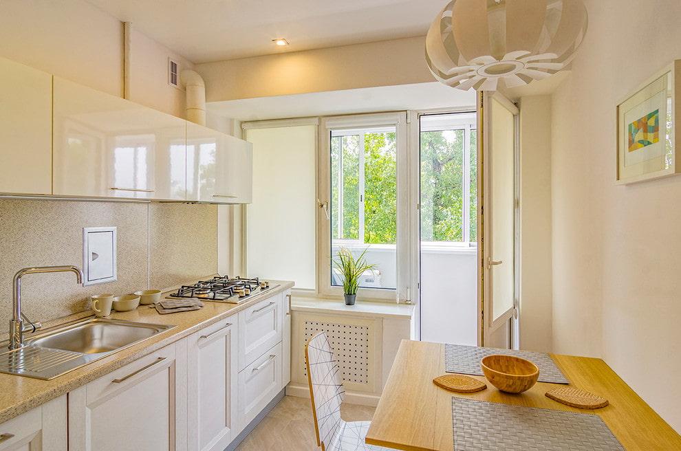 Рулонные шторы на балконной двери на кухне