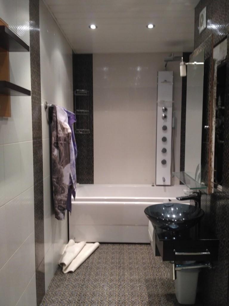 Компактная сантехника в ванной небольшой квартиры