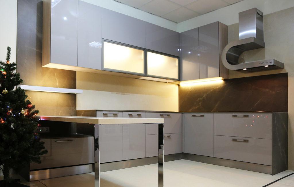 Оригинальная вытяжка на кухне в квартире