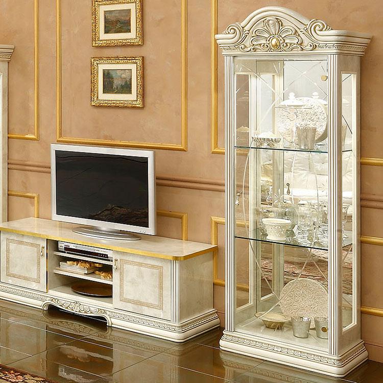 Сервант-витрина около телевизора в гостиной