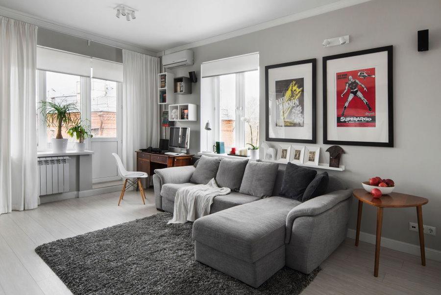 Раскладной диван в гостиной комнате с двумя окнами