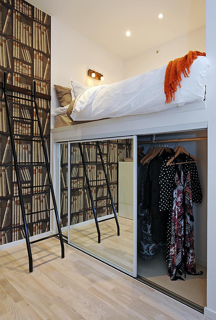 Спальное ложе на втором ярусе квартиры студии