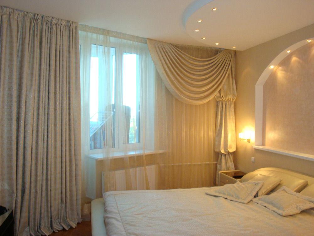 Плотные портьеры в спальне с балконом
