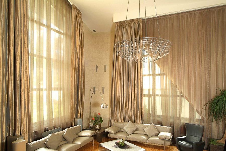 Длинные шторы в гостиной комнате стиля модерн