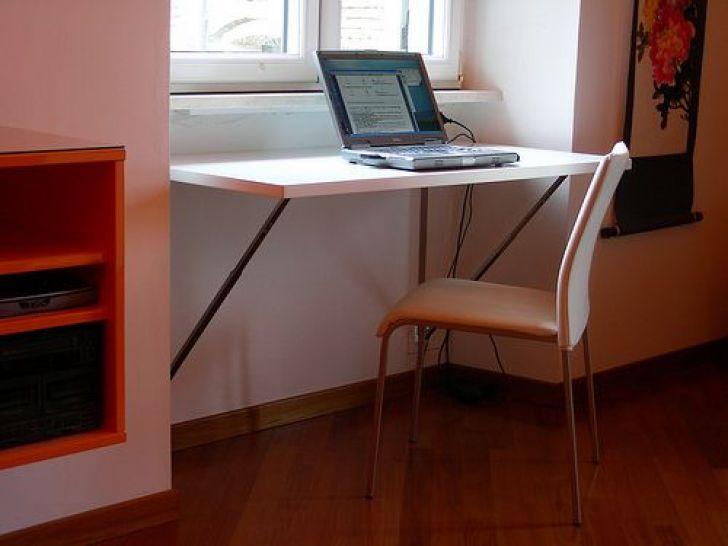 Складной столик под подоконник в детской
