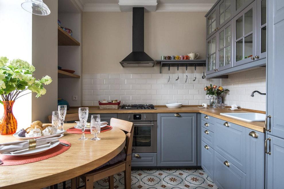 Серый гарнитур на кухне в хрущевке