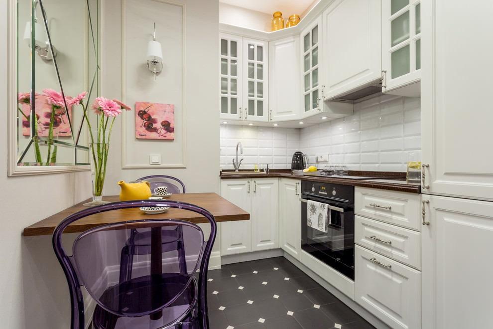 Компактная кухня с угловым гарнитуром
