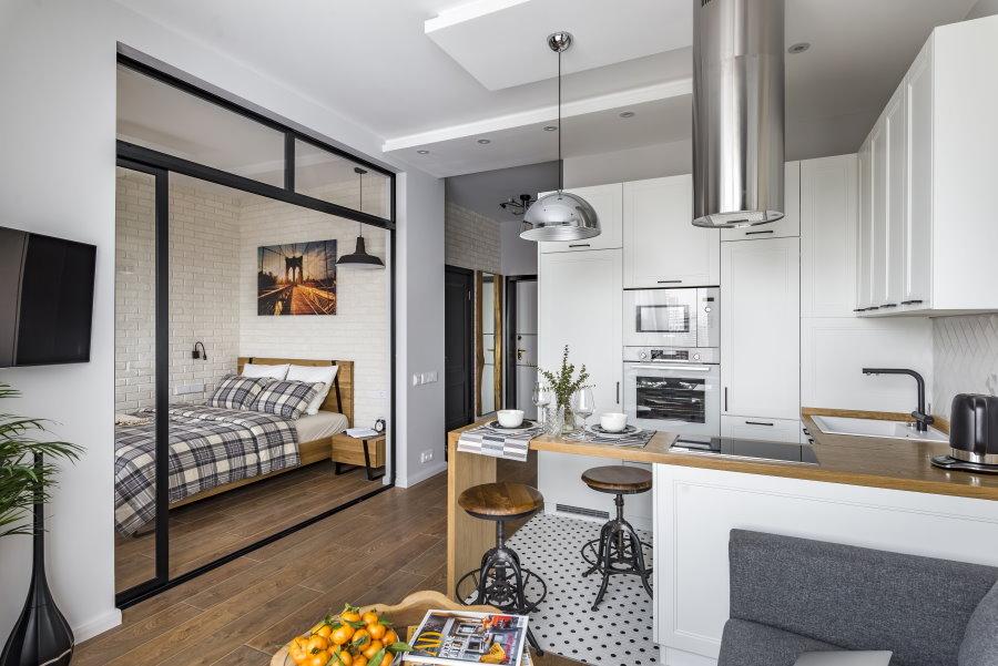 Стеклянная перегородка между спальней и кухней-гостиной