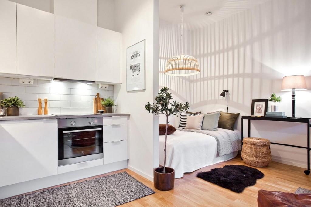 Кровать за легкой перегородкой в однокомнатной квартире