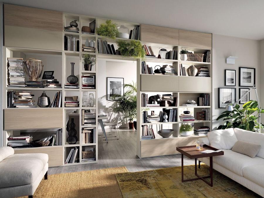 Интерьер гостиной комнаты со стеллажом встроенного типа