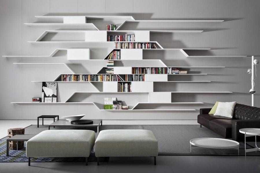 Книжные полки на стене гостиной в стиле хай-тек