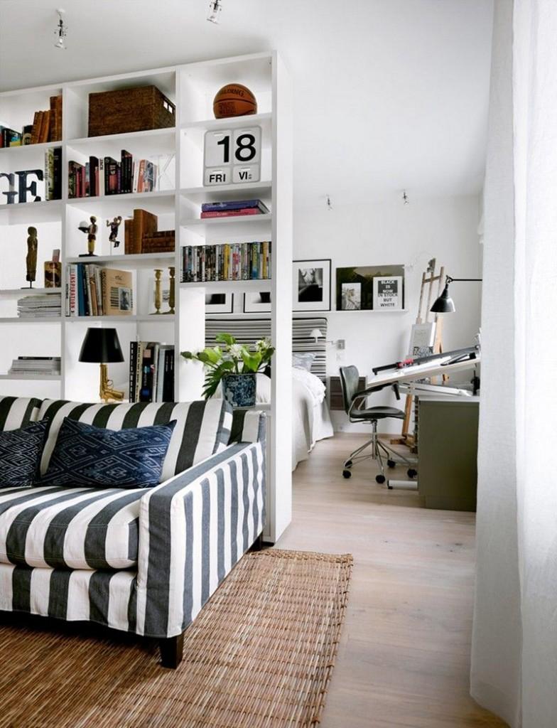 Белый стеллаж от пола до потолка в гостиной