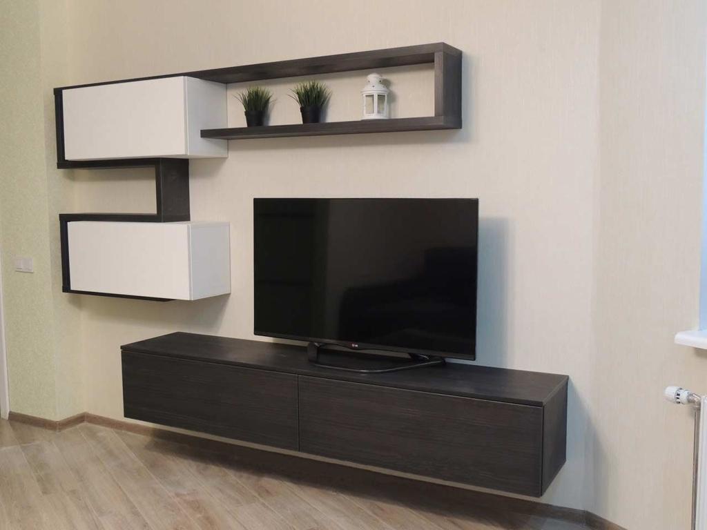 Модульная стенка с телевизором в современной гостиной