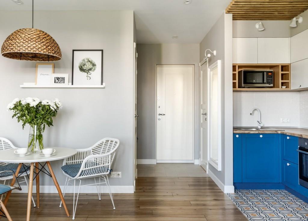 Обеденная зона в кухне-гостиной квартиры студии