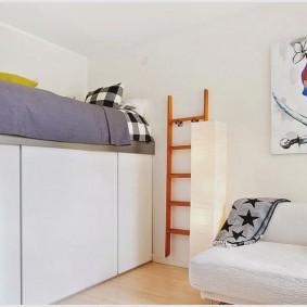 Высокая кровать в квартире студии