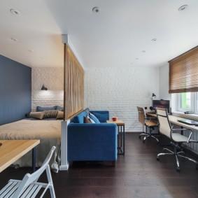 Письменный стол вместо подоконника в однокомнатной квартире