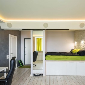 Оформление спальной зоны в нише стены гостиной