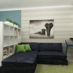 Темный диван в квартире студийной планировки