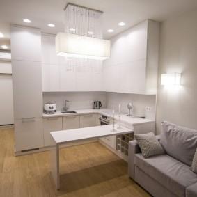 Яркое освещение кухонной части квартиры студии