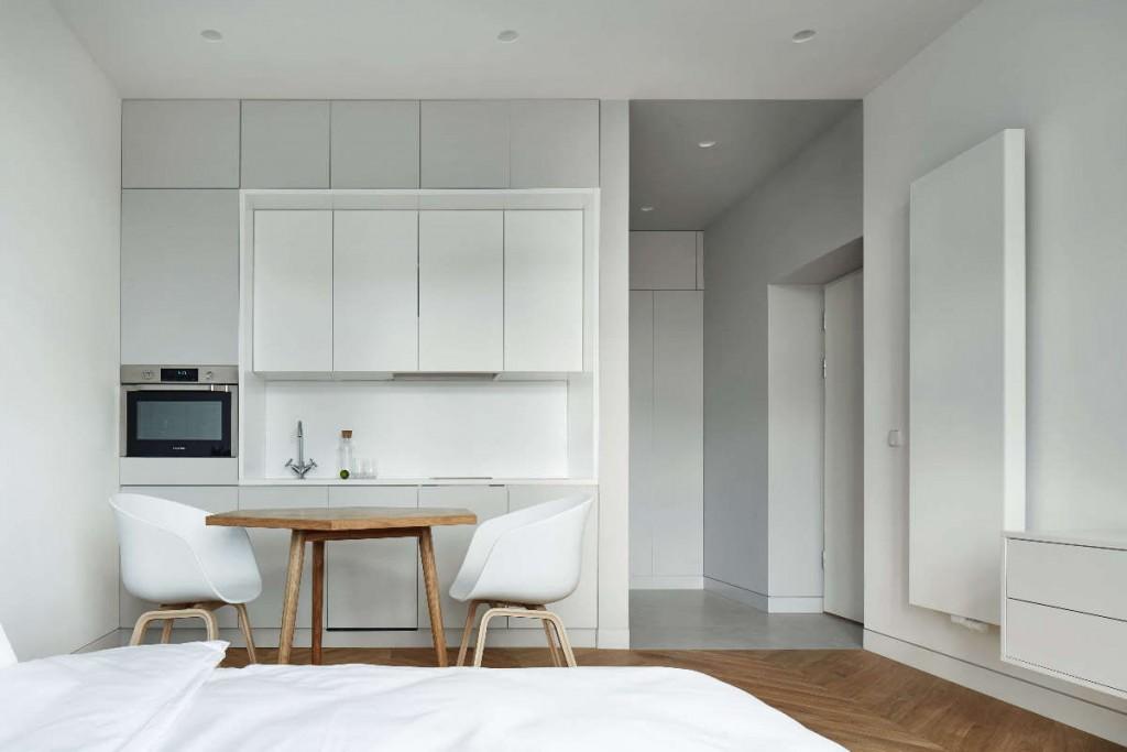 Встроенная мебель в кухонной зоне студии