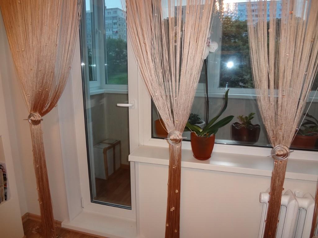 Узкая балконная дверь с остеклением до пола