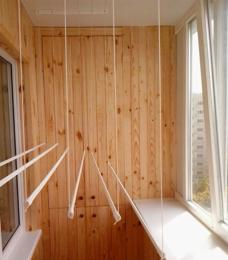 Пластиковые трубки на балконной сушилке