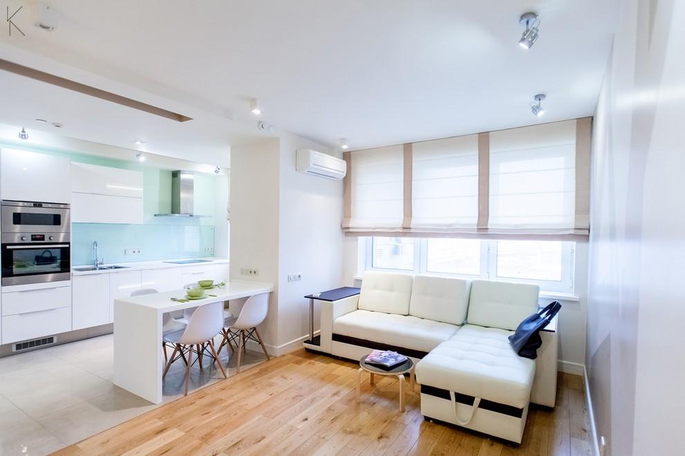 Угловой диван в кухне-гостиной современной квартиры