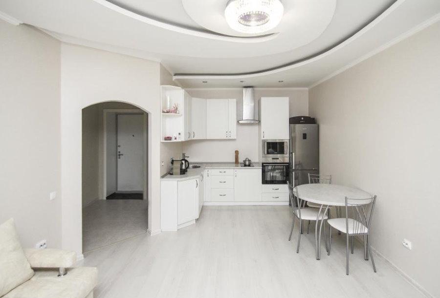 Белая мебель на кухне в евро двушке