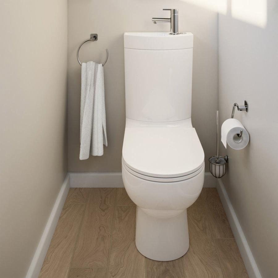 Светлые стены в туалете с комбо унитазом