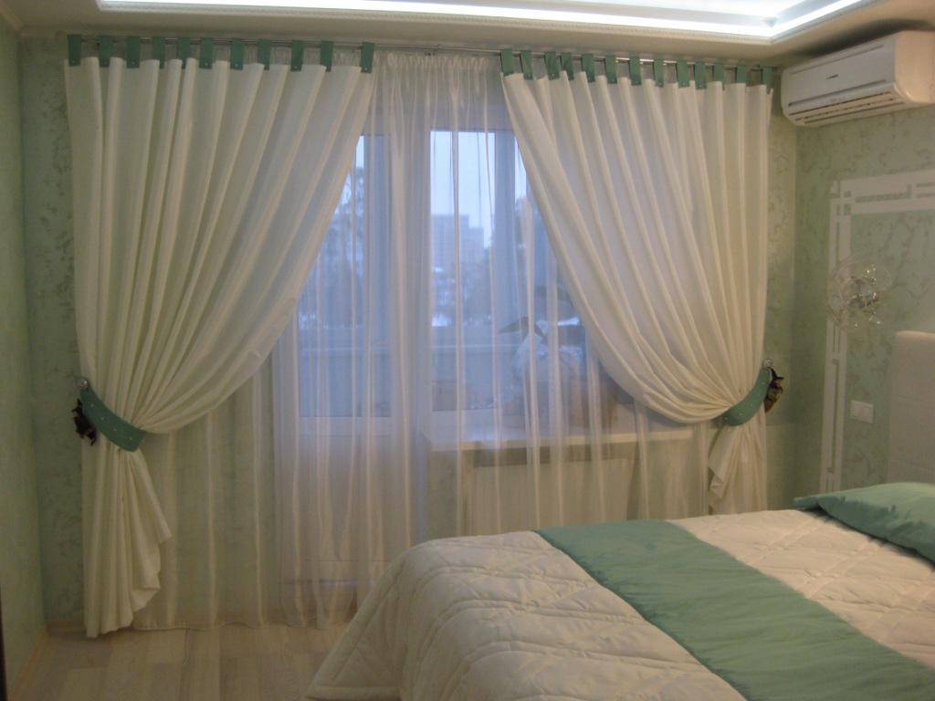 Белые занавески из атласной ткани в спальне