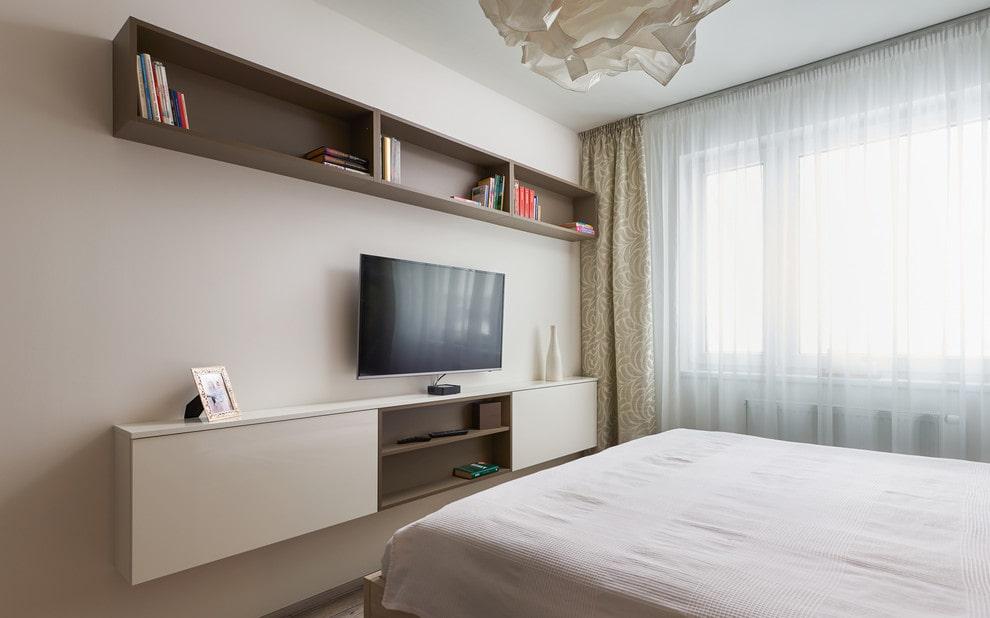 Подвесная полка над телевизором в спальне
