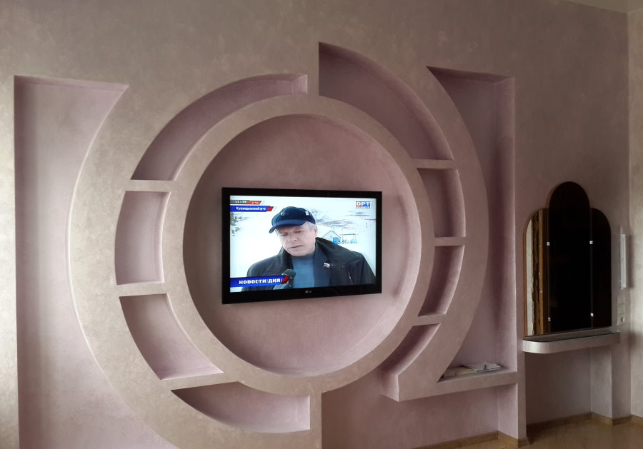 Необычный декор стены с телевизором