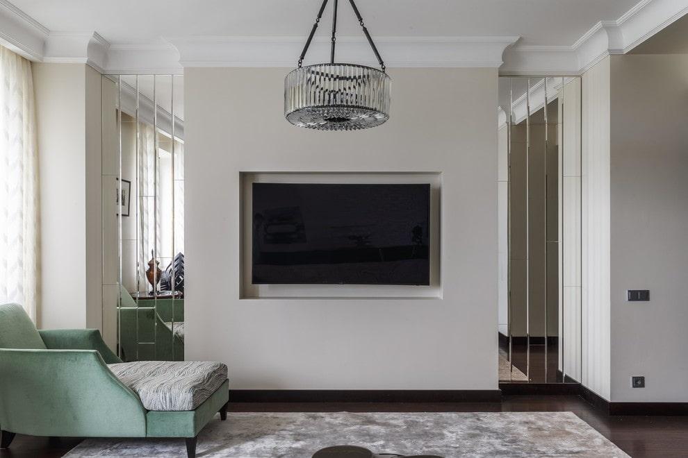 Белая перегородка в гостиной с черным телевизором